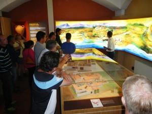 groupe découvrant la fresque de Vinopanorama oenopole de Calvisson